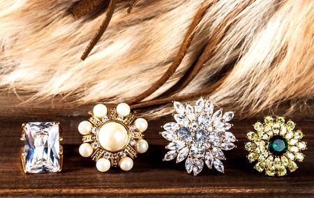 pietre preziose: bella gioielli in oro e pietre preziose, anelli