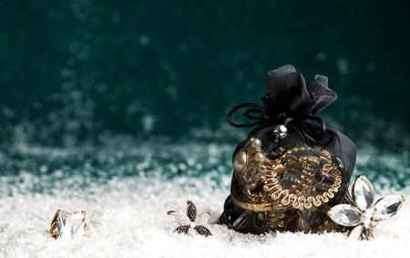 아름다운 보석을 금과 보석으로 만든, 펜던트, 반지, 귀걸이,