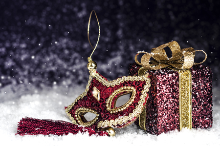 red carnival mask with sparkles in the snow Banco de Imagens