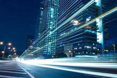 apartment market: El paisaje urbano por la noche y el tr�fico de la ciudad