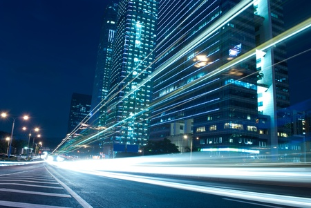 Le paysage urbain de nuit et par le biais de la circulation de la ville