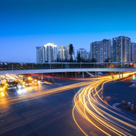 Straße mit Autoverkehr in der Nacht und verschwommen Lichter zeigt Geschwindigkeit und Bewegung