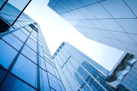 edificio cristal: rascacielos de vidrio abstracta en la noche