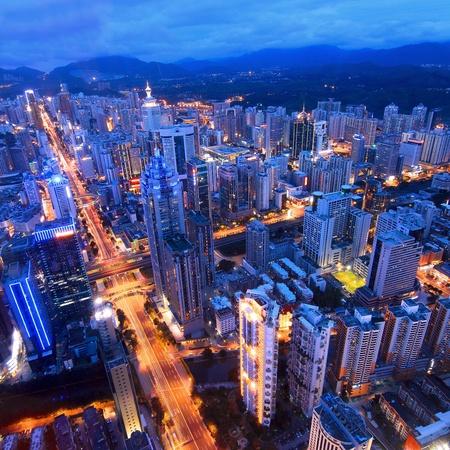 Luchtfoto van de stad bij nacht