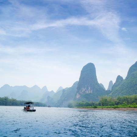 Hermosa Yu Long río Karst paisaje de montaña en Guilin Yangshuo, China Foto de archivo - 13762662