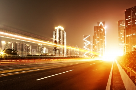 light trail: Fast coches que se mueven en la noche