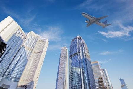 het vliegtuig met de stad achtergrond van een scène