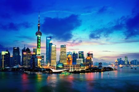 美しい夜景の上海のスカイライン