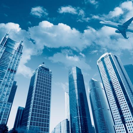 modern gebouw met vliegtuig onder de hemel in Shanghai Stockfoto