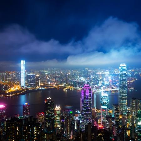 홍콩 중앙 지구 스카이 라인 밤에 빅토리아 항구 (Victoria Harbour)보기 스톡 콘텐츠