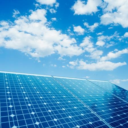 paneles solares: las células fotovoltaicas y el fondo la luz del sol