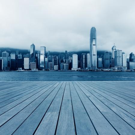 木製のプラットフォームと香港の都市の背景 写真素材