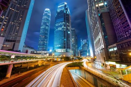 Snel bewegende auto's 's nachts Stockfoto