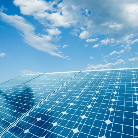 energia solar: las c?lulas fotovoltaicas y el fondo la luz del sol Foto de archivo