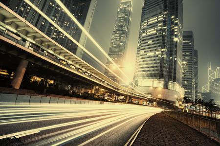 車の光の道と香港の都市景観