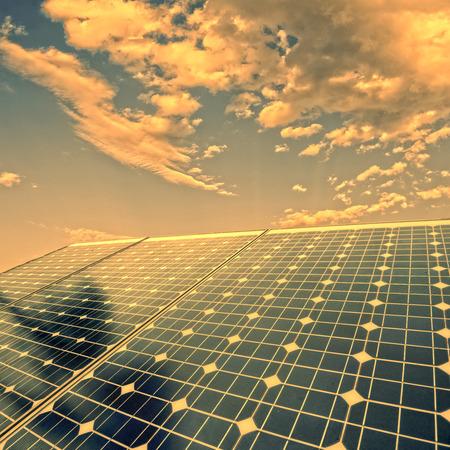 energia solar: células fotovoltaicas y la luz del sol de fondo