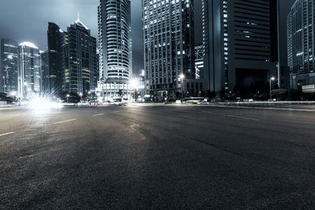 carretera: las estelas de luz en el fondo moderno edificio en Shangai, China Foto de archivo