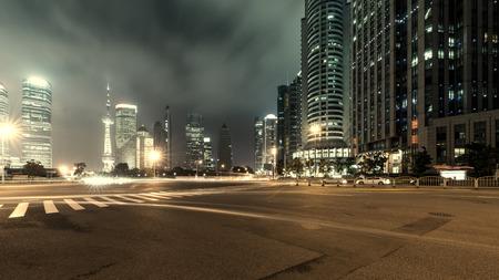 上海の陸家嘴金融と近代的な都市の夜背景の貿易ゾーン 写真素材