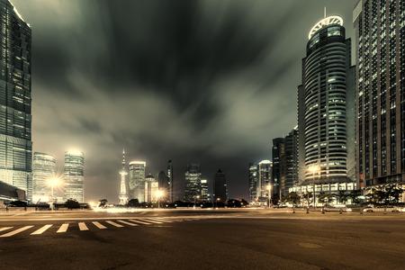 comercio: Shanghai Lujiazui Finanzas y Zona Comercial de la ciudad de fondo la noche moderno