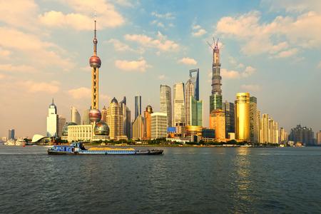 夕暮れ時に黄浦江とスカイラインを上海のパノラマ ビュー