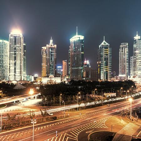 flyover: nachtscène van de moderne gebouw en viaduct in shanghai