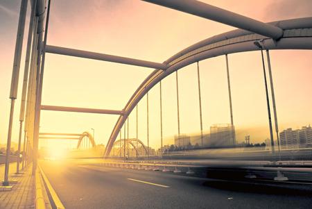 都会の青空をバックに橋を通る道路