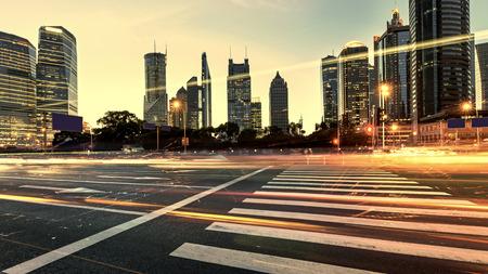 Stedelijke stad bij nacht met verkeer en nacht skyline
