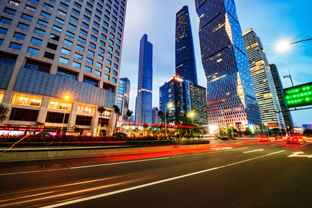 schlagbaum: Die Straße in der Stadt Shenzhen, China Editorial
