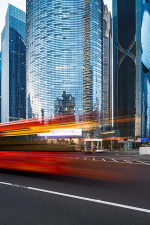 schlagbaum: Die Stra�e in der Stadt Shenzhen, China Editorial