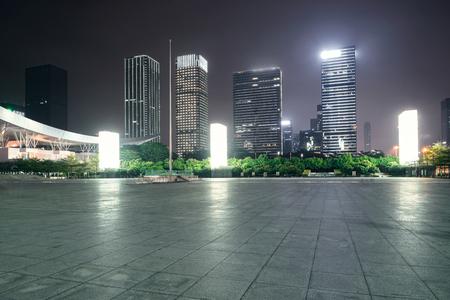Leere Ziegelstraße in der Nähe Bürogebäude, China Standard-Bild