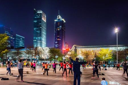 La danse carrée dans la ville moderne Banque d'images - 77591058