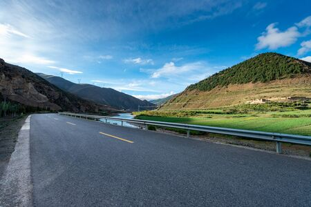 empty road in tibet plateau 스톡 콘텐츠