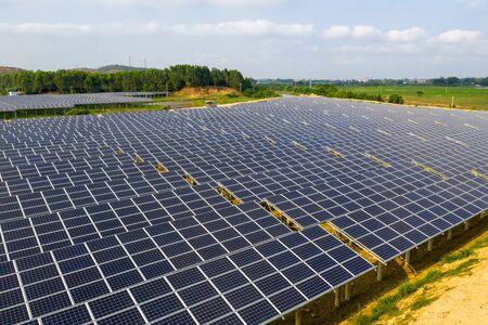 Des panneaux solaires sur la pelouse