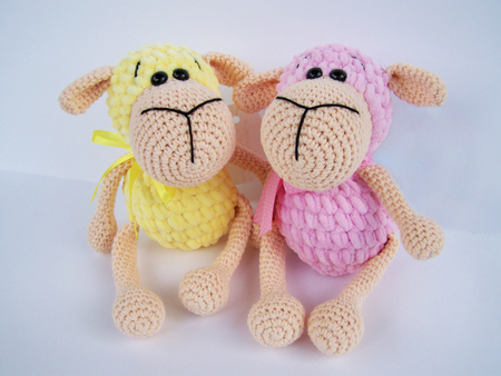 Crochet doll. A handmade crochet doll of a little lamb in pink Banque d'images - 109944429