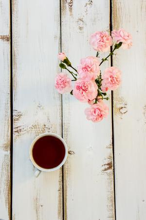 flores chinas: Té y flores sobre fondo blanco de madera. concepto de la ceremonia del té. Vista superior.