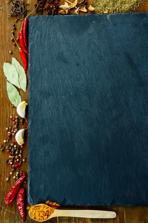 Specerijen. Spice over hout. Kruiden. Bovenaanzicht. Kopieer de ruimte