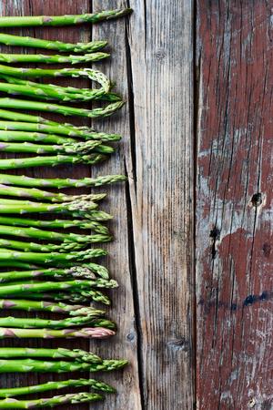 verduras verdes: Vista superior de esp�rrago verde fresco en la textura de madera r�stica. Fondo de alimentos. Foto de archivo