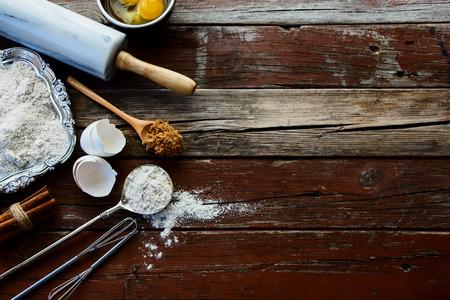 未加工卵、砂糖、シナモン、小麦粉と背景を焼きます。平面図です。 写真素材