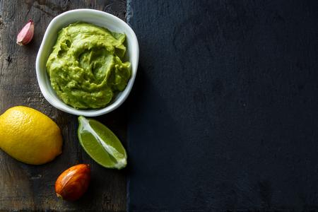 Bovenaanzicht van Zelfgemaakte Guacamole met kopie ruimte. Stockfoto