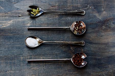 hierbas: Especias y hierbas de selecci�n - hierbas y especias, cucharas de metal viejo y el fondo de madera oscura - la cocina, la alimentaci�n saludable Foto de archivo