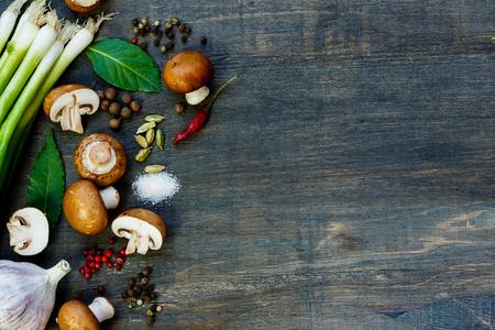 新鮮なキノコや暗い背景の木の食材 写真素材
