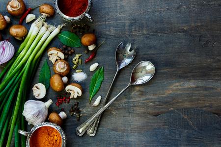 Vista dall'alto di funghi freschi con verdure e spezie su tavola di legno scuro. Sfondo con spazio per il testo. Cucina vegetariana, la salute o il concetto di cucina. Archivio Fotografico - 47725458