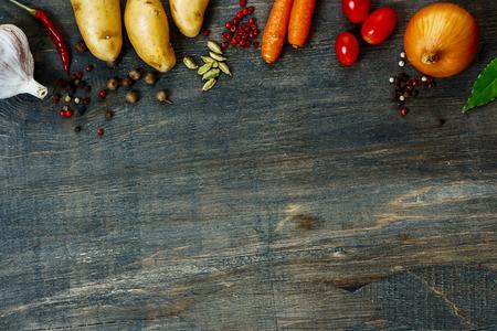 Ontwerp achtergrond groenten met ruimte voor tekst. Gezond voedsel uit de tuin. Stockfoto