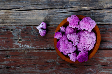 kohl: Top view of Cauliflower in wooden bowl over rustic background.
