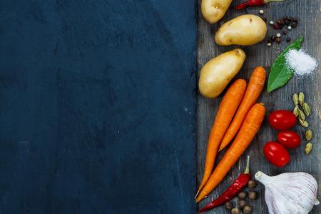 경치: 슬레이트 위에 신선한 유기농 야채, 향신료와 허브 건강 먹는 배경. 정원에서 건강에 좋은 음식. 평면도. 스톡 콘텐츠