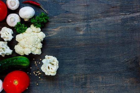 ファームの新鮮な野菜、ハーブ、テキスト用のスペース、素朴な木製の背景にキノコ。ベジタリアン料理、健康、料理の概念。