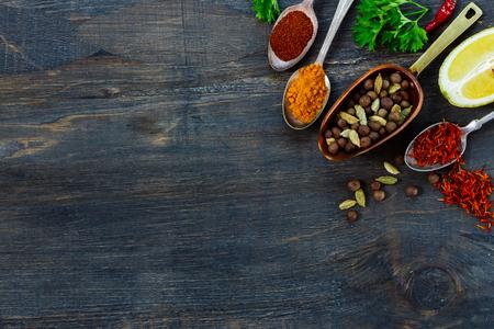 hierbas: Selecci�n Especias en exclusiva y cucharas vintage, hierbas y especias sobre fondo de madera oscuro con espacio para el texto. Cocinar los ingredientes.