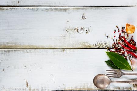 Witte houten achtergrond met kruiden en specerijen selectie, bovenaanzicht, vrije ruimte voor tekst.