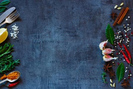 Vintage Hintergrund mit hellen Gewürzen und Platz für Text. Kräuter und Gewürze Auswahl. Gesunde Ernährung und Kochen Konzept. Draufsicht. Dunkle rustikalen Stil. Standard-Bild - 52913879