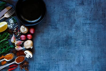 Helle Gewürze und frisches Gemüse auf dunklen Vintage Hintergrund mit Platz für Text. Draufsicht auf Kräuter und Gewürze Auswahl. Gesundes Essen, Vegetarier und Kochkonzept. Dunkler rustikaler Stil. Standard-Bild - 52913905